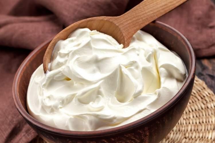 ekşi yoğurt yemek