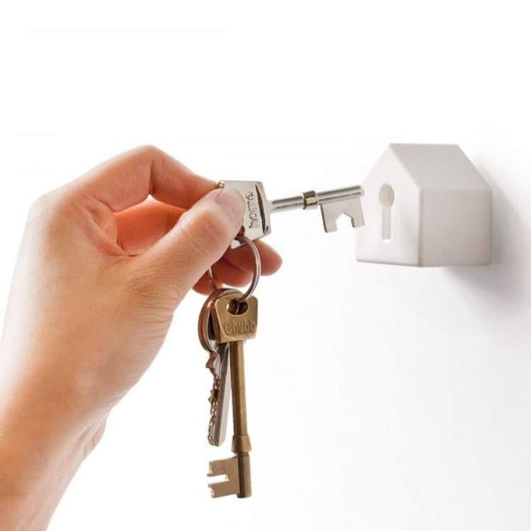 elinde anahtar görmek