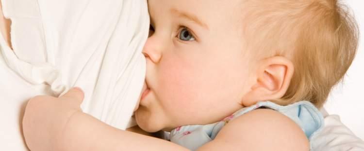 erkek bebek emzirmek görmek