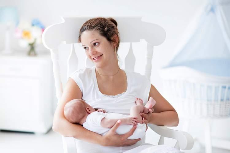erkek bebek görmek kucagına almak