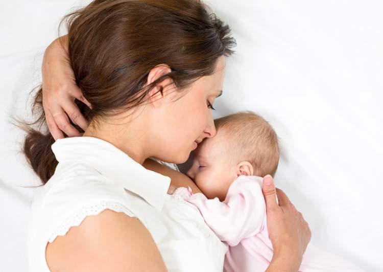 erkek bebek görmek ve emzirmek