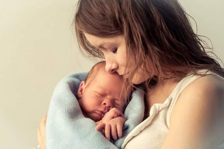 erkek bebek kucağında görmek