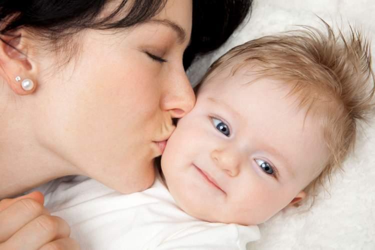 erkek bebek öpmek