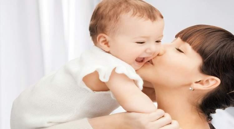 erkek bebek sevdiğini görmek