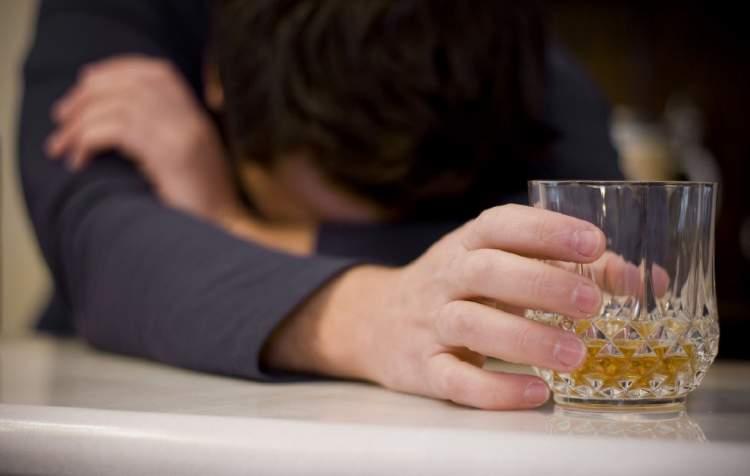 eşinin içki içtiğini görmek