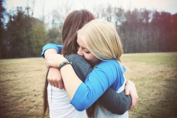 eski arkadaşa sarılmak