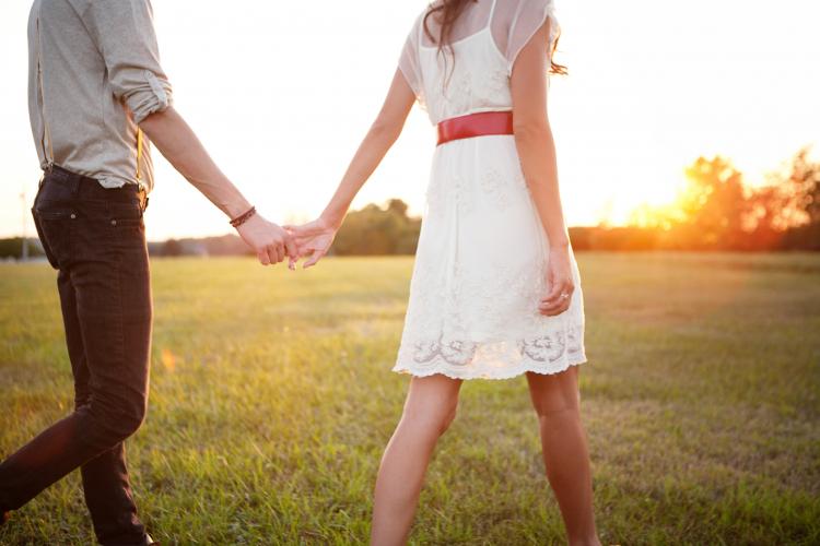 eski eşinin elini tuttuğunu görmek