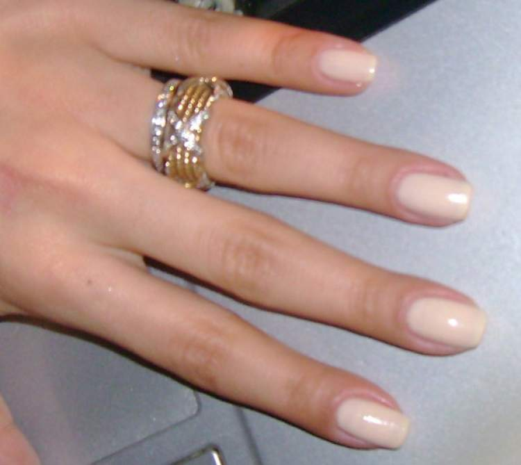 eski sevgilinin parmağında nişan yüzüğü görmek