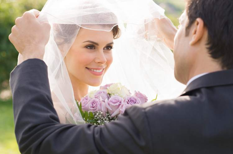 evli birinin gelinlik giydiğini görmek