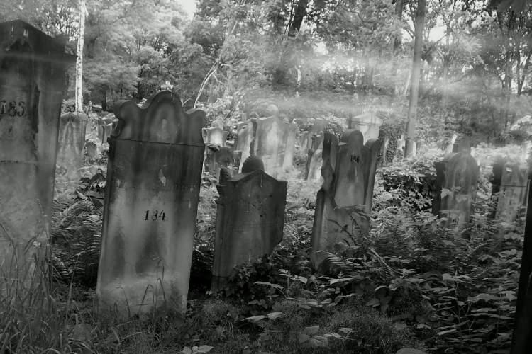 gece mezarlığa gitmek