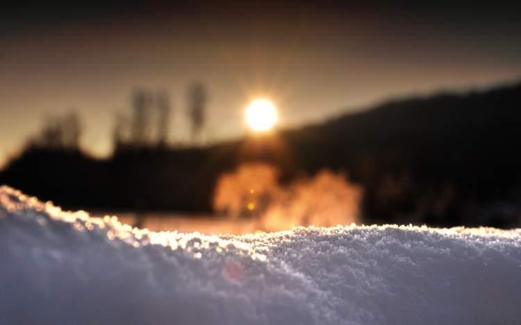 güneşli havada kar yağdığını görmek