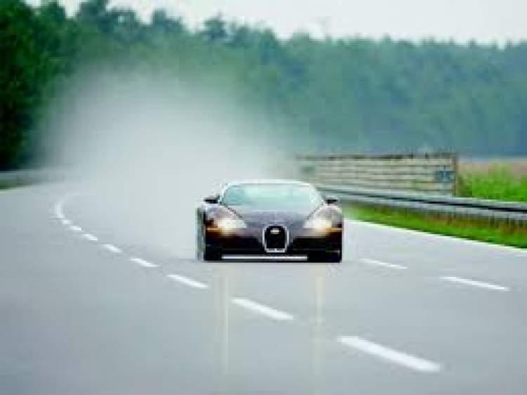 hızlı giden arabanın içinde olmak