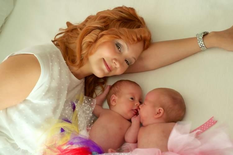 ikiz bebek doğurduğunu görmek