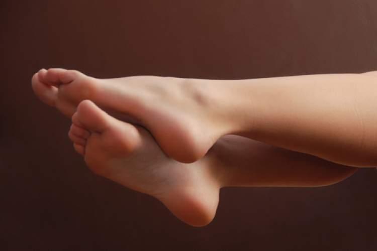 kadın ayağı görmek