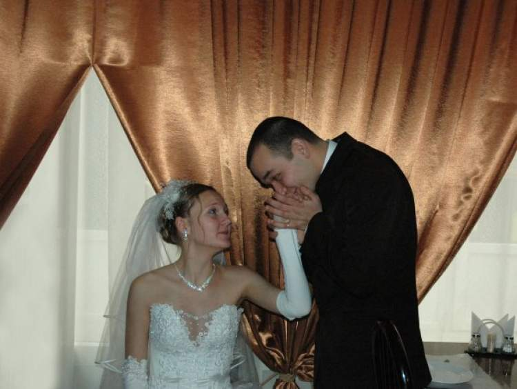 kadın eli öpmek