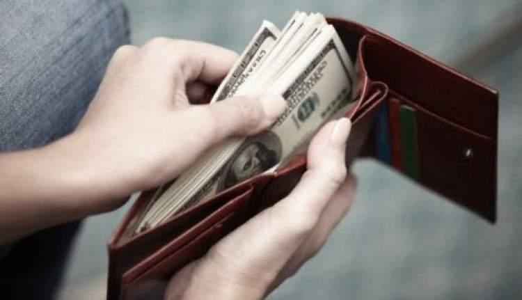 kağıt para sakladığını görmek