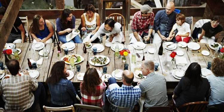 kalabalığa yemek vermek