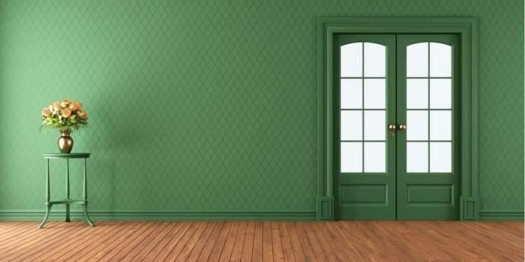 kapıyı kilitlemeye çalışmak ama kilitleyememek