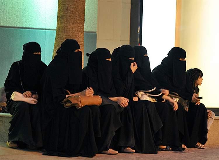 kara çarşaf giydiğini görmek