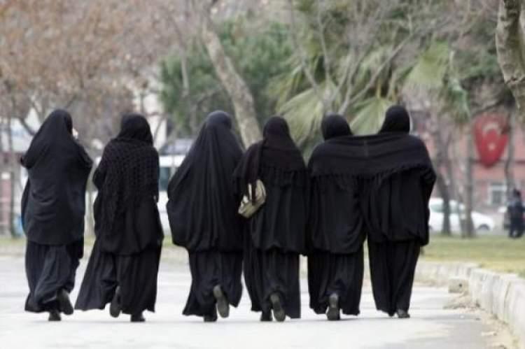 kara çarşaf giyen kadın görmek