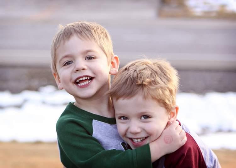 kardeşine sarılmak
