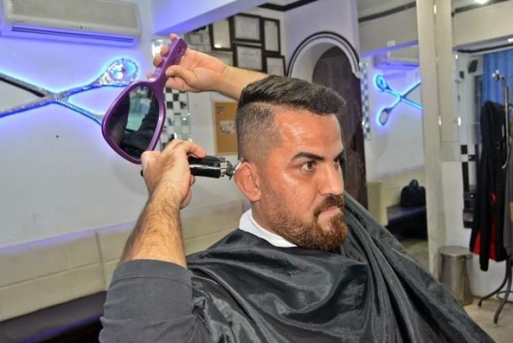 kendi saçını makineyle kesmek