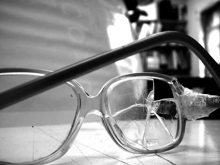 kırık gözlük görmek