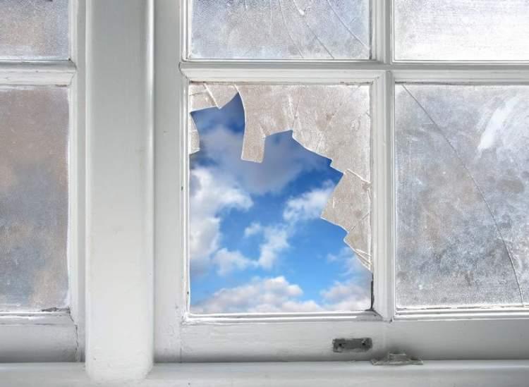 kırık pencere görmek