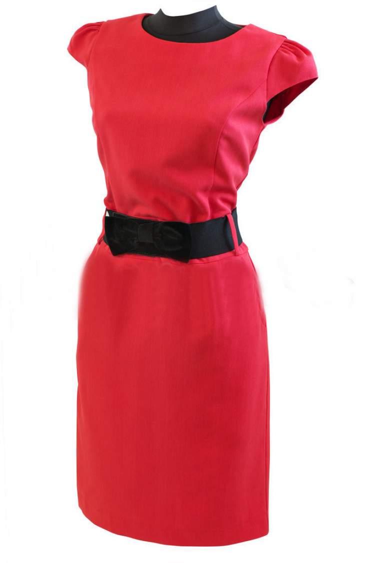 kırmızı elbise giyen birini görmek