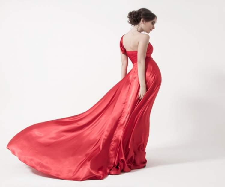 kırmızı kına elbisesi giymek