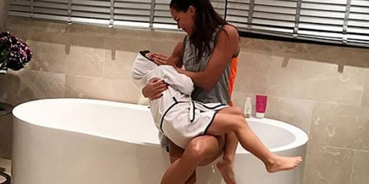 kızını banyo yaptırmak