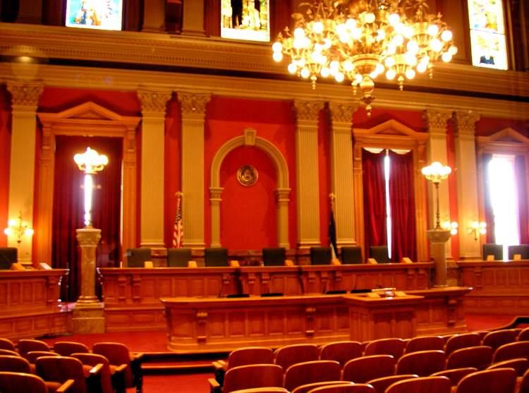 mahkeme salonu görmek