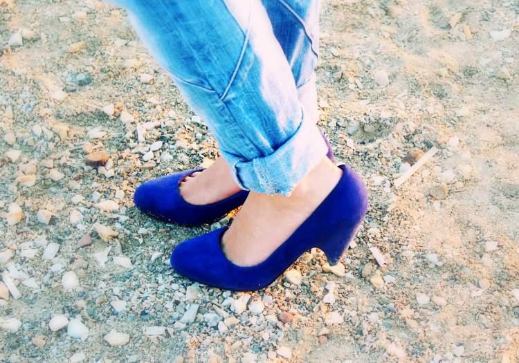 mavi ayakkabı giymek