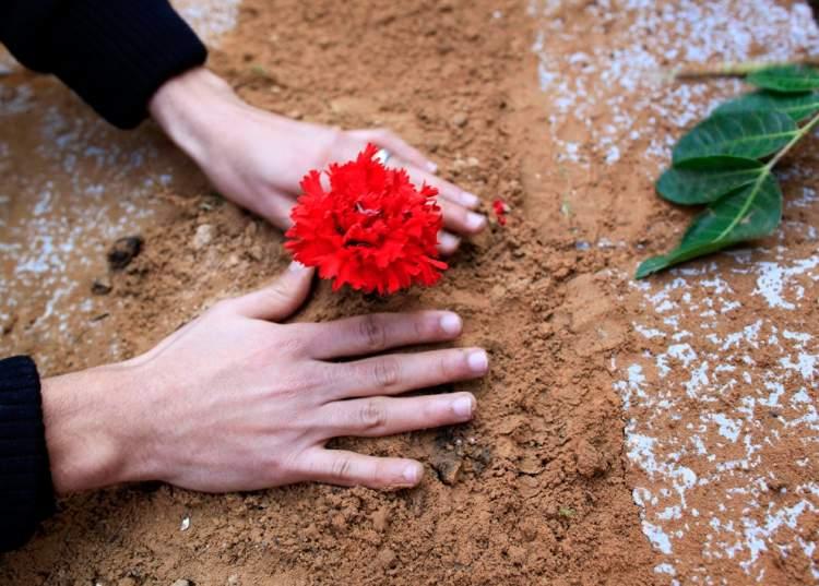 Rüyada Mezara Çiçek Bırakmak