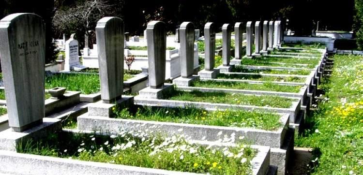 mezarlığın yanından geçmek