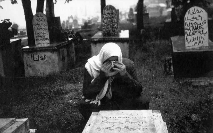 mezarlıkta ağlamak