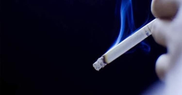 oğlunu sigara içerken görmek