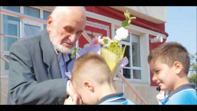ölen babanın elini öpmek