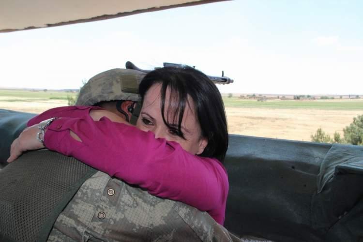 ölmüş anneye sarılmak
