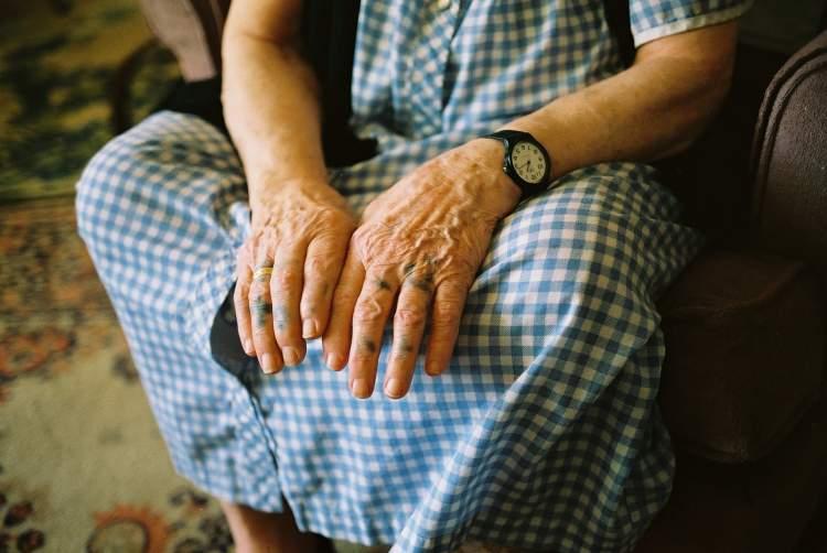 ölmüş babaannenin elini öpmek
