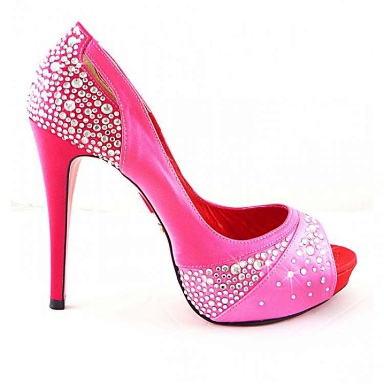 pembe ayakkabı giymek