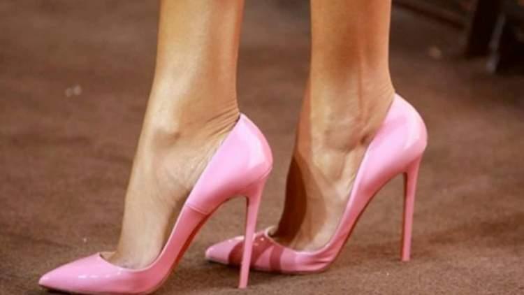 pembe topuklu ayakkabı görmek