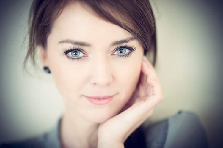 renkli gözlü kadın görmek