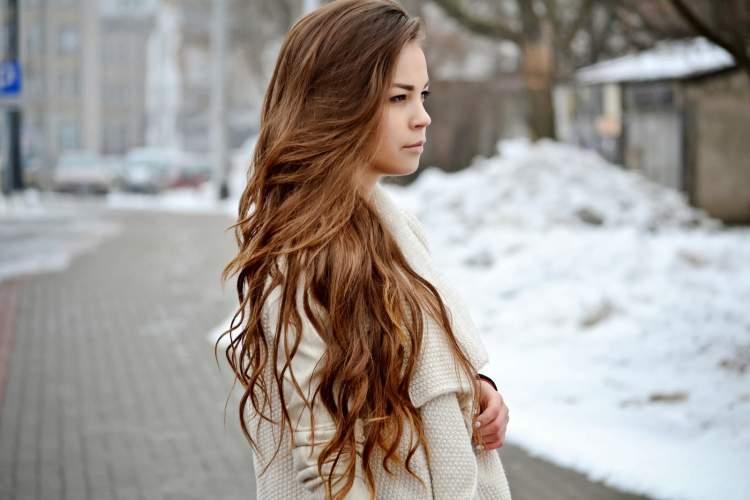 saçının uzun olduğunu görmek