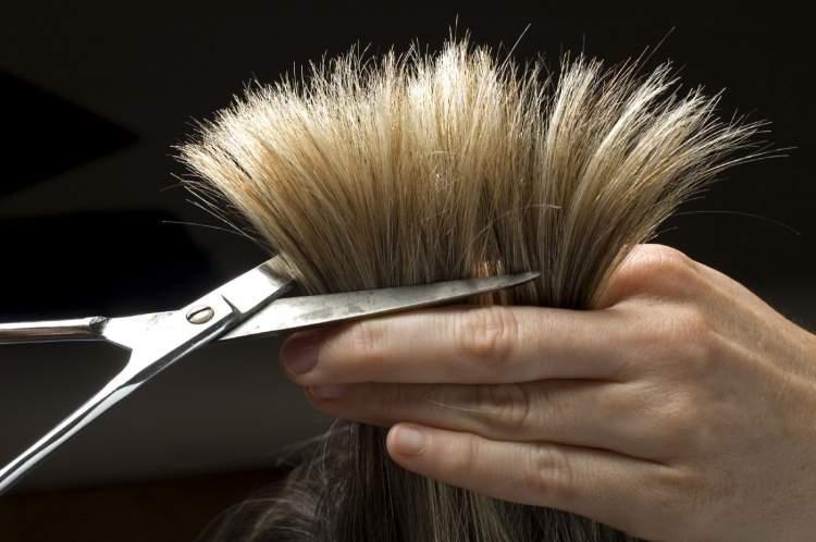 saçlarının kesilmesini görmek