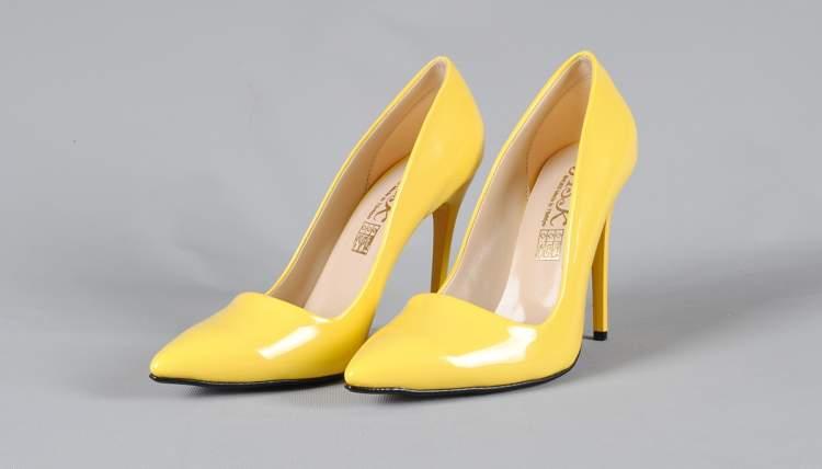 sarı ayakkabı görmek