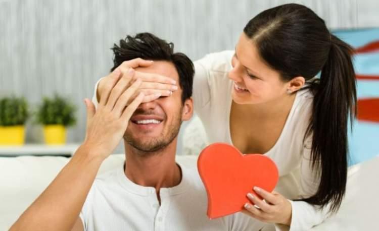 Rüyada Sevgiliye Hediye Almak