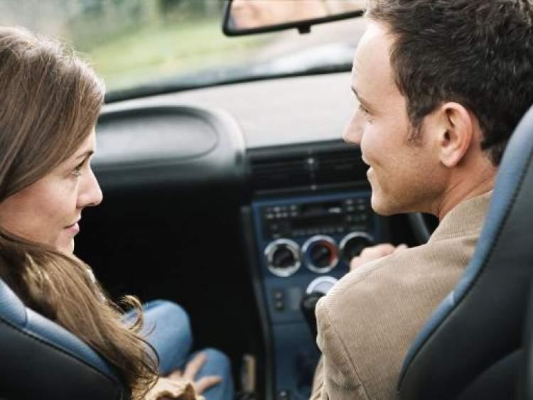 sevgiliyle arabaya binmek