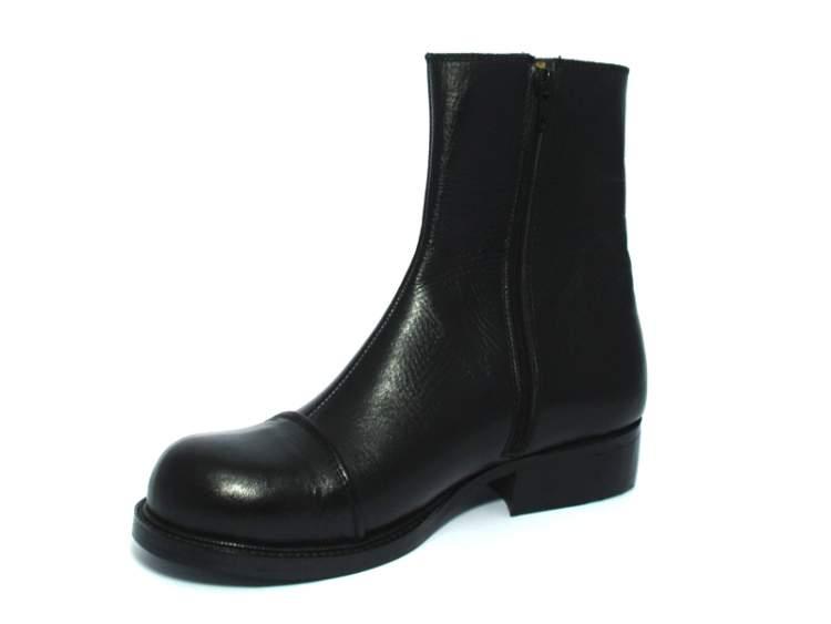 siyah çizme giymek