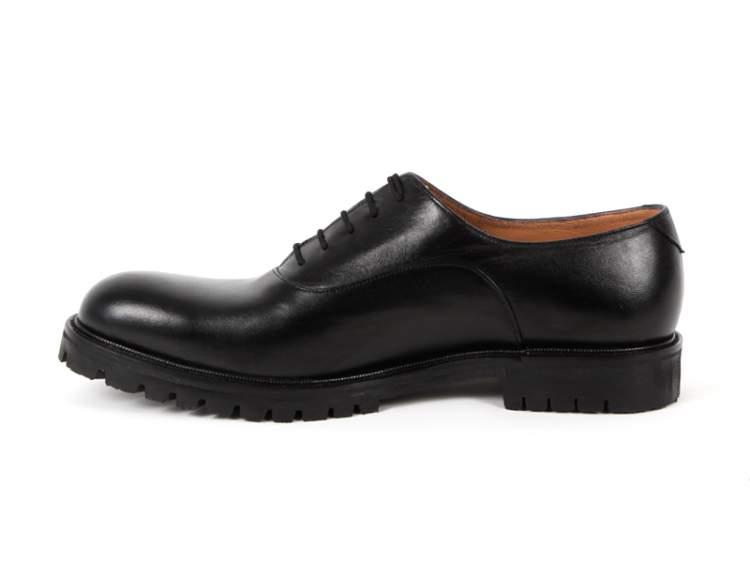 siyah erkek ayakkabısı görmek